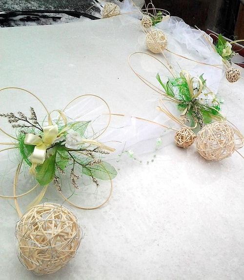 Čtyřlístková svatba- bílo zelená - dekorace na auto  (omluvte kvalitu fotografií- bohužel foceno v zimě,před odesláním zákaznici)