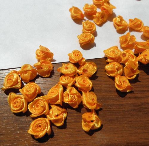 Materiál k tvoření - látkové růžičky 12-15mm