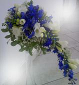 Svatební kytice modrá, převislá,