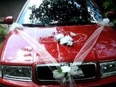 """Dekorace na auto """"Bílé růže, srdce a šerpa"""","""