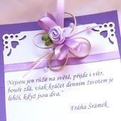 svatební oznámení s fialovým motýlkem,