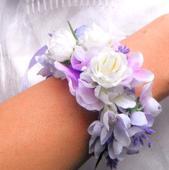 náramek z látkových květin s levandulí,