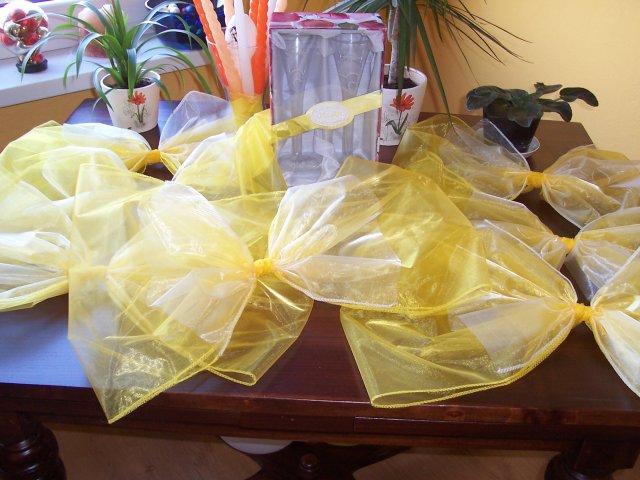Dekorácia a poháre ešte doma na stole