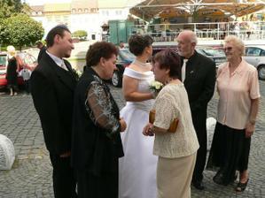 pred kostolom s rodinou