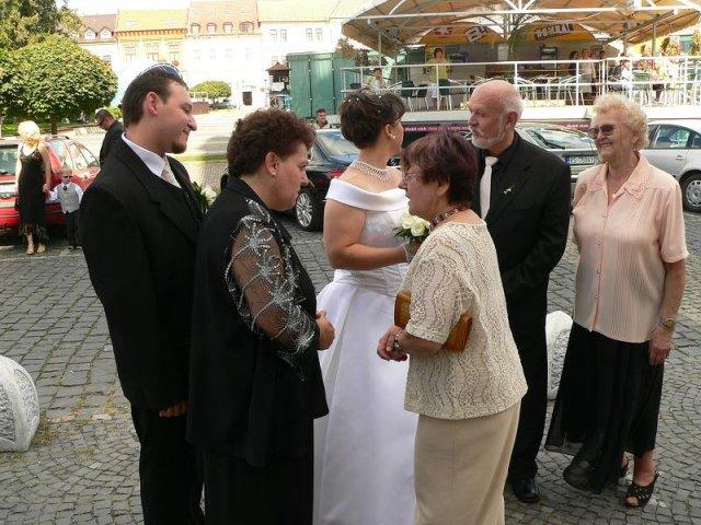 Topor Pál Judit{{_AND_}}Topor Ferenc - pred kostolom s rodinou