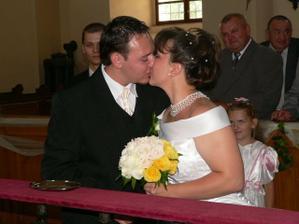 prvá manželská pusa :-)))) bože ja ho tak milujem!!!!!!