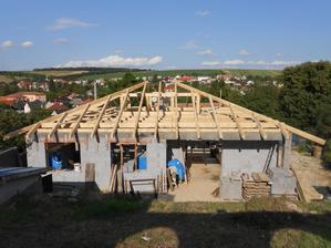 Ešte nedokončený krov, pohľad od zadu.