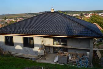 Strecha hotová a podhľady tiež, a aj okná sú hotové :)