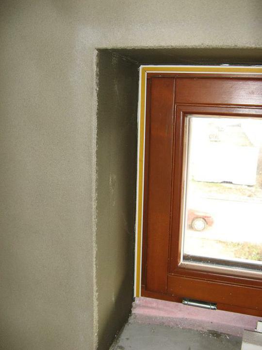 Pasivní dům - naše stodůlka - Okna (3) - špalety zapravené omítkou a lišta kolem oken