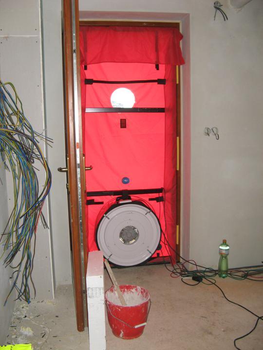 Pasivní dům - naše stodůlka - Blower door test - fučák ve dveřích :)