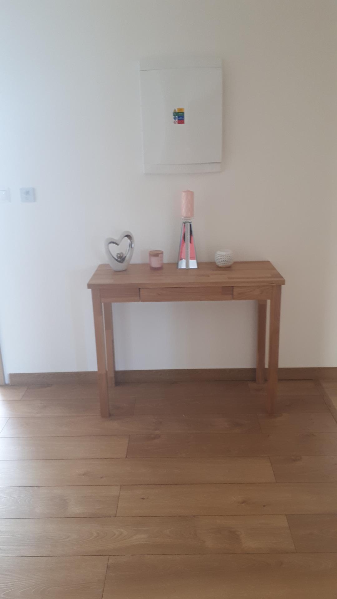 Ahojte, poraďte prosím...čo by ste dali na tento konzolový stolík, príp k stolíku, na stenu. Príde mi to veľni prázdne....ďakujem za každú radu 🙂 - Obrázok č. 2