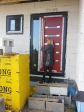 Váhali sme, či dať červené vchodové dvere, no sme radi, že sme sa pre ne rozhodli