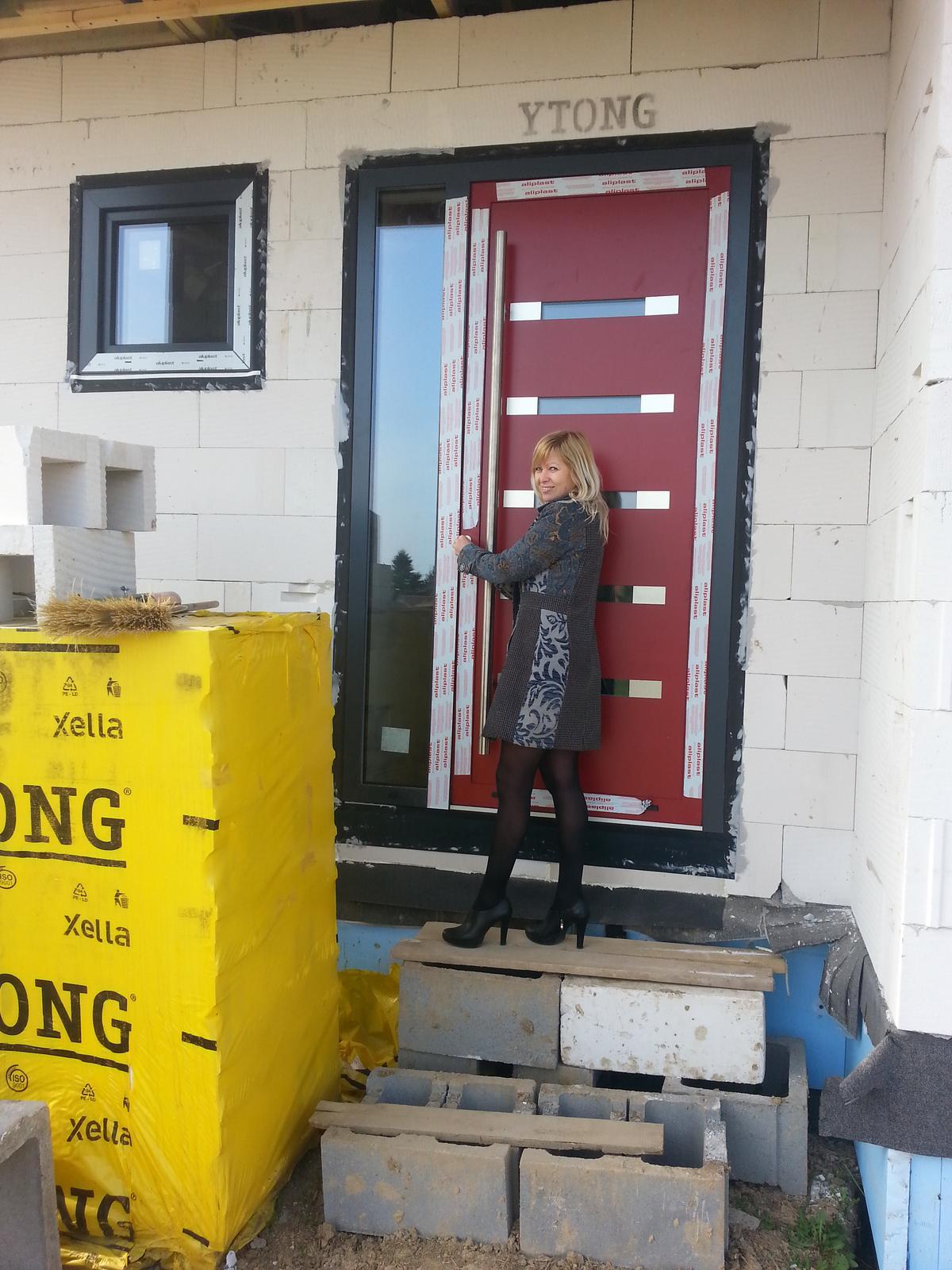 Začíname, Laguna 30N po našom - Váhali sme, či dať červené vchodové dvere, no sme radi, že sme sa pre ne rozhodli