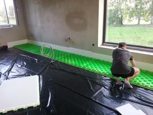 synček skladá zelené lego