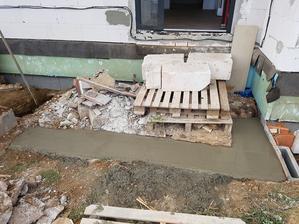 MM začal s betónovaním schodíkov