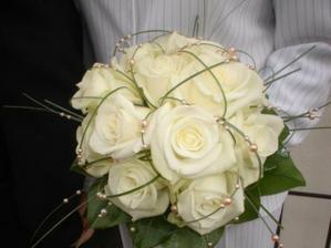 budú biele ružičky s perličkami a niečim striebroným