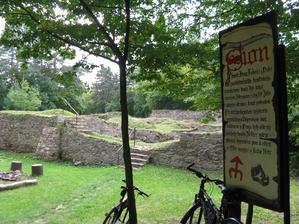 zřícenina hradu Sion - moje milované místo, kam jsem už od mala jezdila na koni - zde bude obřad a pod hradem na louce hostina