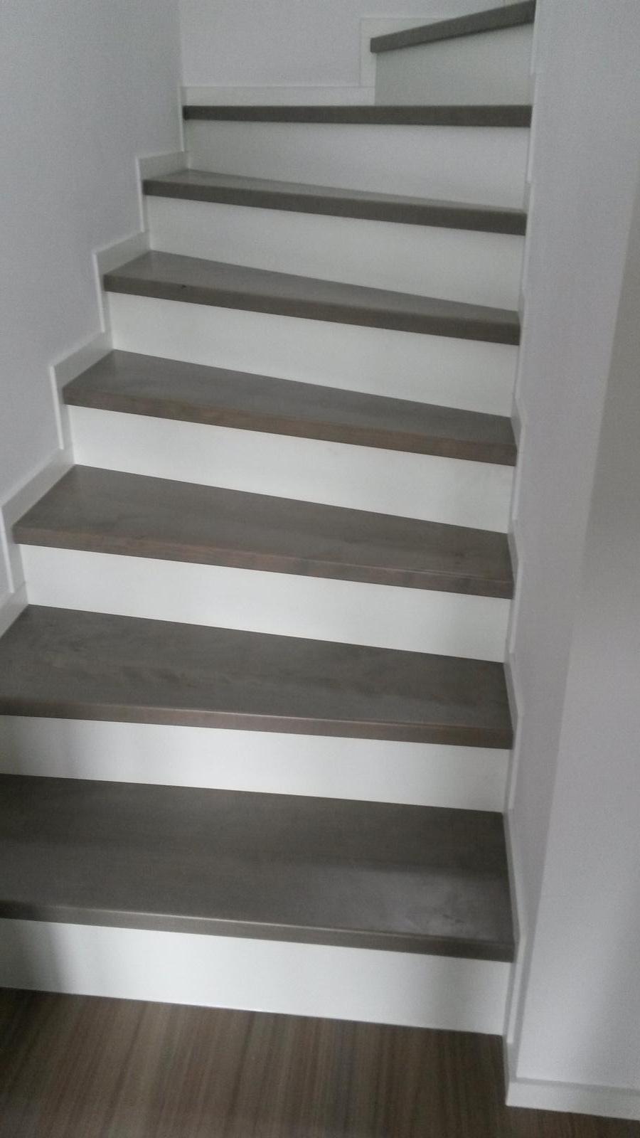 Náš domeček - Konečně i obložené schody.
