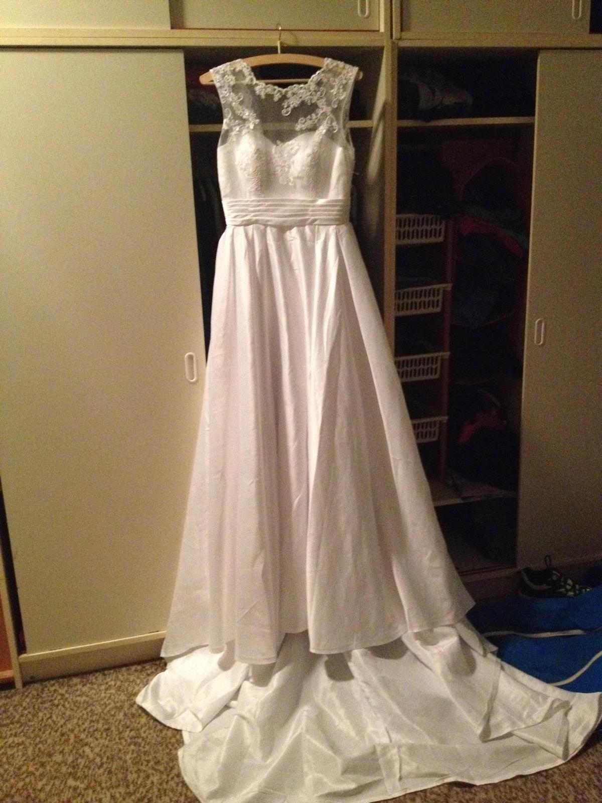 Svatební šaty s krajkou a vlečkou - Obrázek č. 1