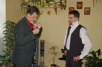 Ženich prochází školením, jak si uvázat kravatu! :-))