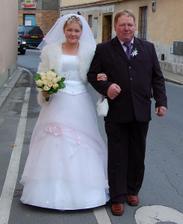 Na úřad a k oltáři  nevěstu vedl táta ........