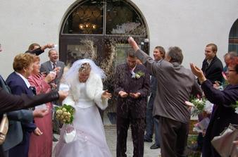 Novomanželům Kroupovým padaly pro štěstí kroupy! :-))