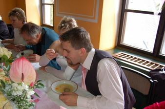 Polévka ze společného talíře ...