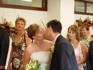 naše první manželské políbení
