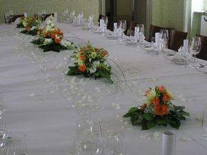 úplně úžasné..něco na ten způsob, jenom bude prostředkem stolu oranžová organza s bílýma peříčkama :-)