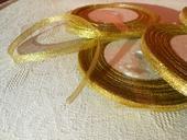 Stuha-stužka zlaté barvy,