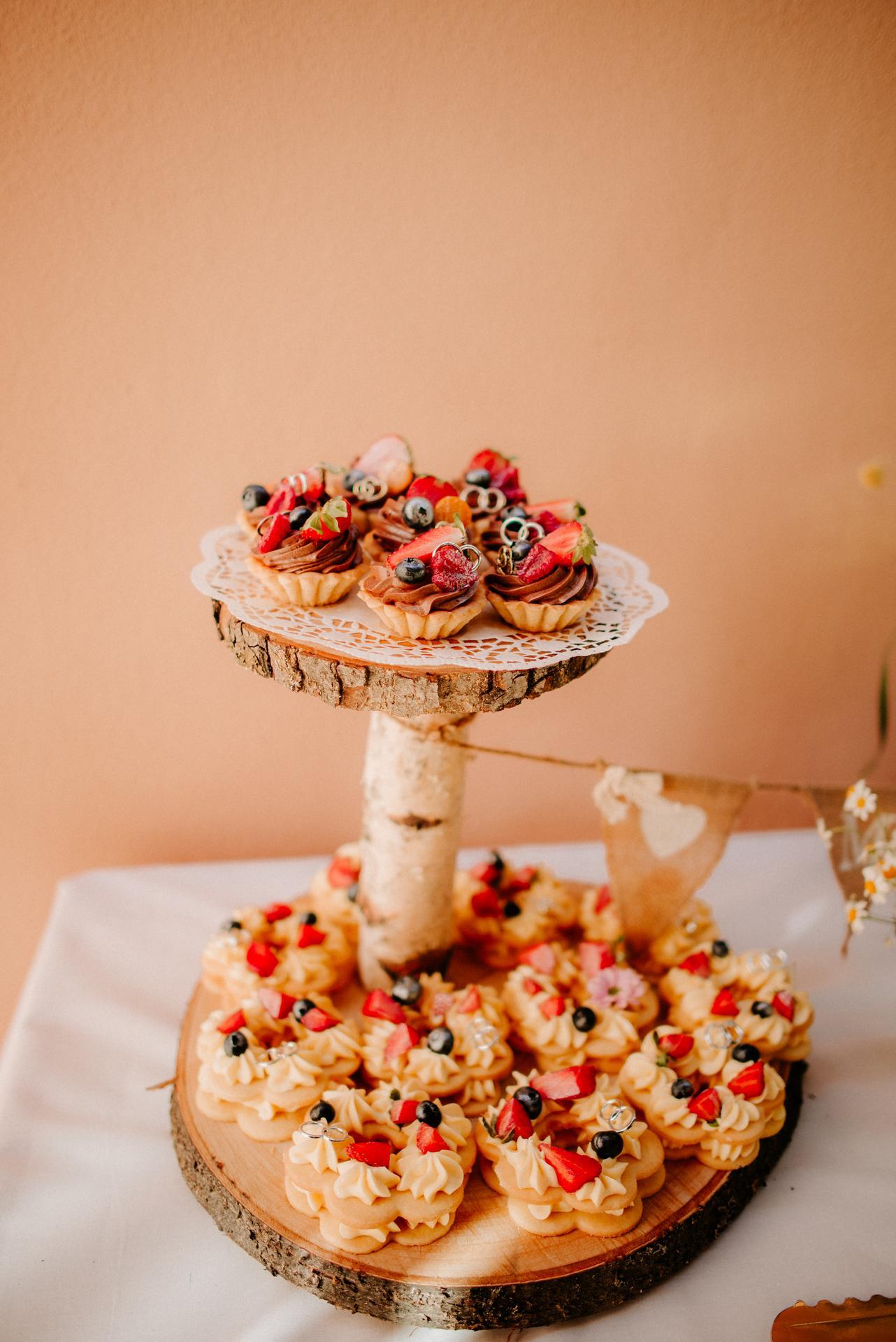 ❤️ Verča    {{_AND_}}    Luky ❤️ - Drevené etažéry na candy bar deň pred svadbou zmajstroval môj šikovný manžel :)