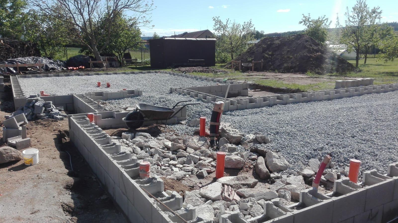 Dům do L - stavba 2020/2021 - 11.5.2020 Navezení kamene a štěrku