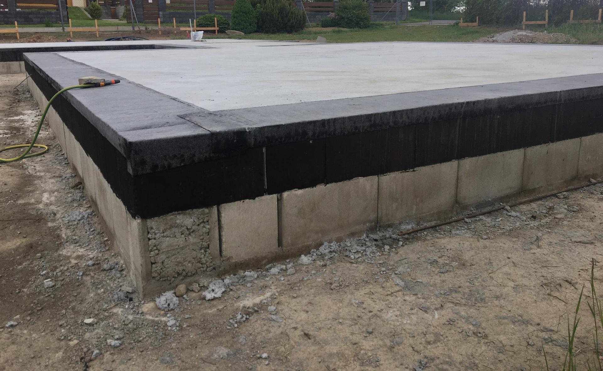 Dům do L - stavba 2020/2021 - 18.5.2020 Položená hydroizolace pod obvodové zdivo