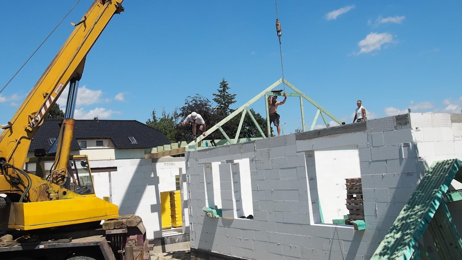 Dům do L - stavba 2020/2021 - 22.7.2020 Montáž krovu