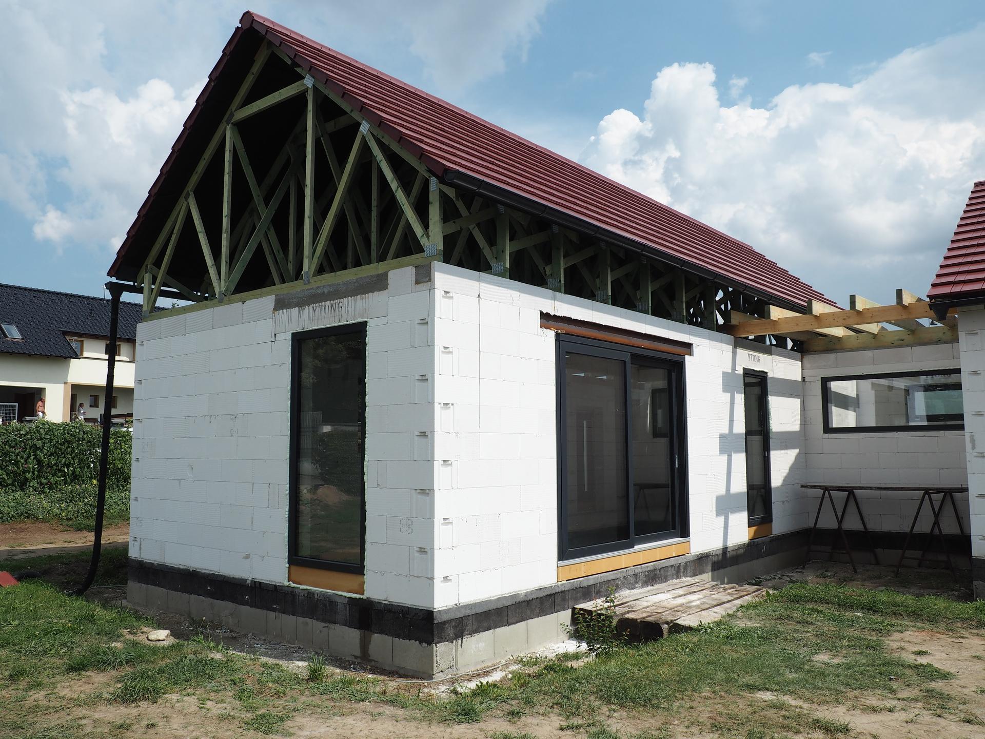 Dům do L - stavba 2020/2021 - 11.8.2020 Tašky a okna hotovo