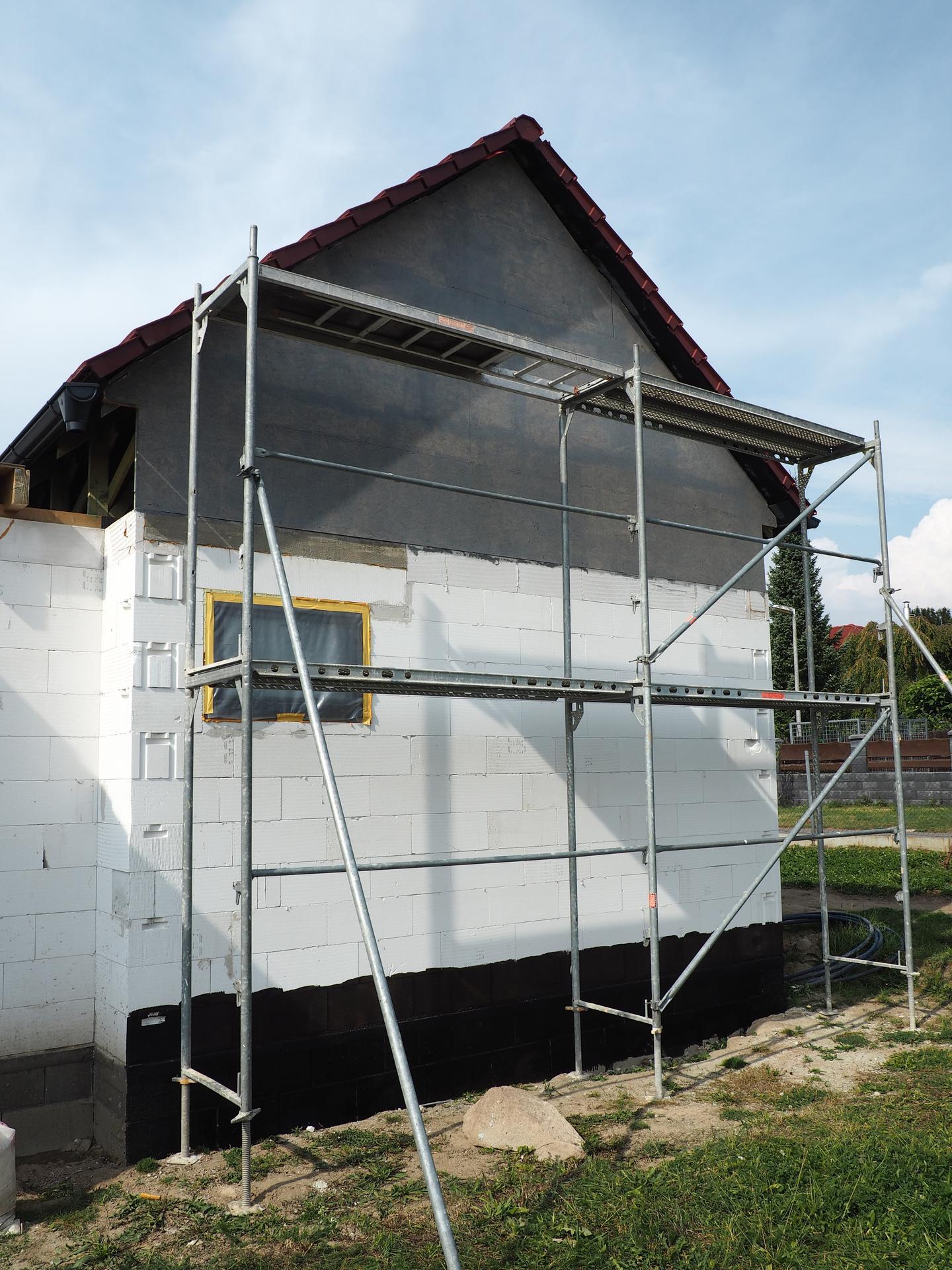 Dům do L - stavba 2020/2021 - Zaklopený další štít