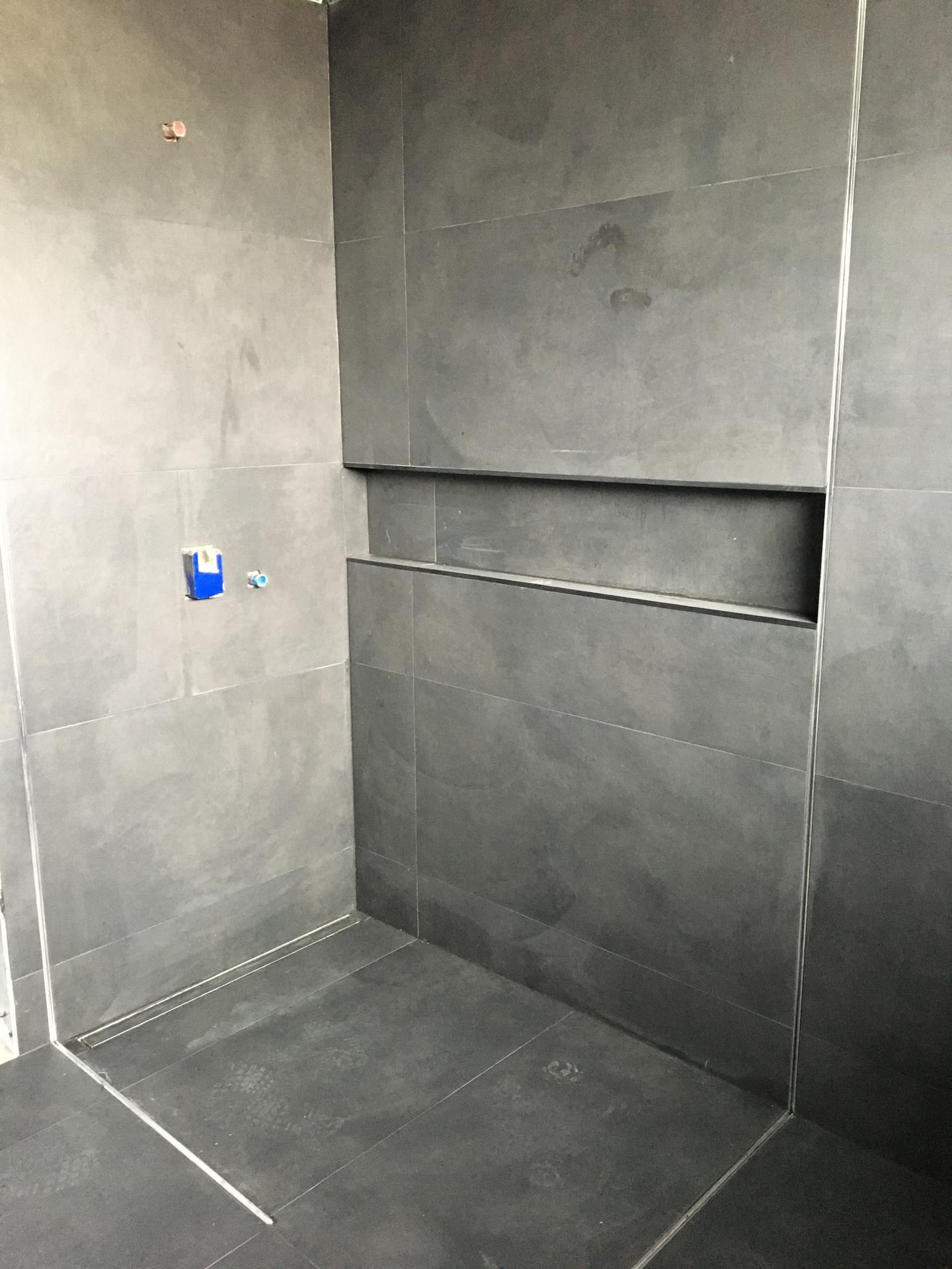 Dům do L - stavba 2020/2021 - Obložená koupelna