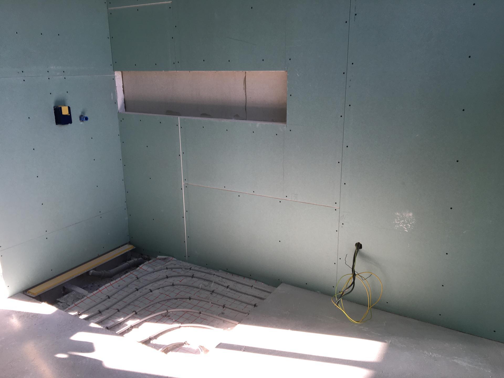 Dům do L - stavba 2020/2021 - Zaklopení koupelny sádrokartonem
