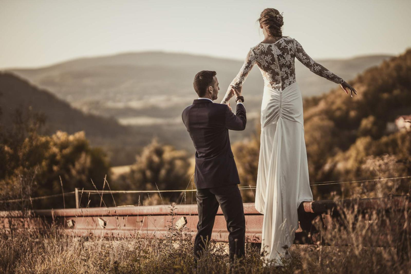 svatební šaty s krajkou na zádech - Obrázek č. 1