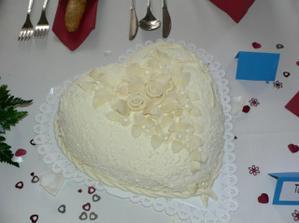 vynikasjící dortík, uvnitř byla jahodová náplň