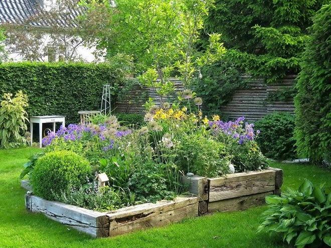 Zahrada - inspirace - takový vyvýšený záhon ze starých trámů by se mi líbil na jiřiny