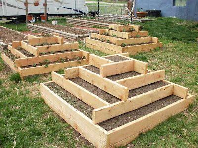 Zahrada - inspirace - máme taky vyvýšené na jahody, zatím stlučené ze zbytků ... časem snad takové hezké