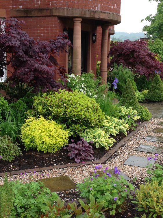 Zahrada - inspirace - tavolník, azalka, dlužicha, bohyšky, v popředí kakosty