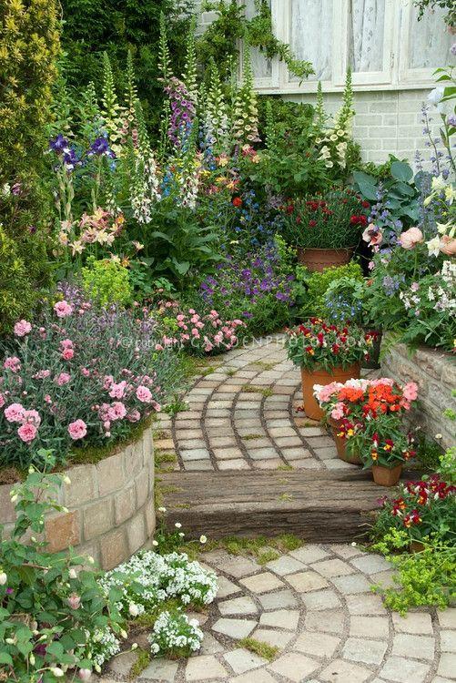 Zahrada - inspirace - vzadu krásné náprstníky, taky v nádobách hledíkovky, karafiátky, vpravo dole kousek kontryhelu :-)