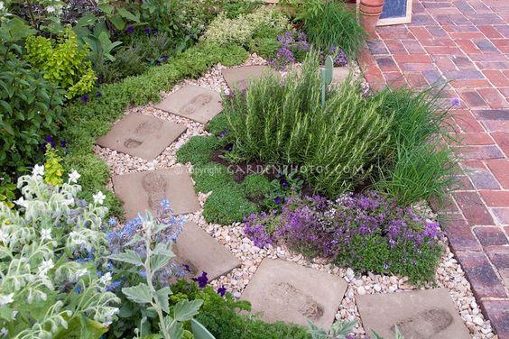 Zahrada - inspirace - Něčím podobným chci na zahradě oddělit mátu, aby mi nelezla jinam, než má :-)