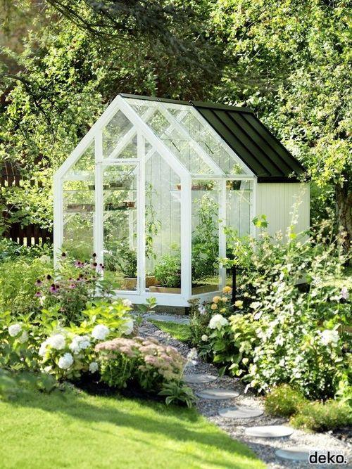 Zahrada - inspirace - pokud skleník, tak toto by šlo 8-) Ikdyž tady je to spíš na letnění, nebála bych se něco takového menšího mít na pár rajčátek nebo paprik.