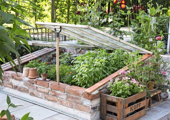 Zahrada - inspirace - Cihel je stále dost ... jenom je musí někdo dovézt .. a pak třeba postavit takové malé pařeniště :-)