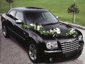 na auto nevěsty určitě květinový řetěz :)