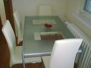 kompletný stôl v kuchyni