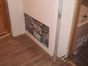 Rozvaděč pro podlahovku v podkroví krásně schovaný
